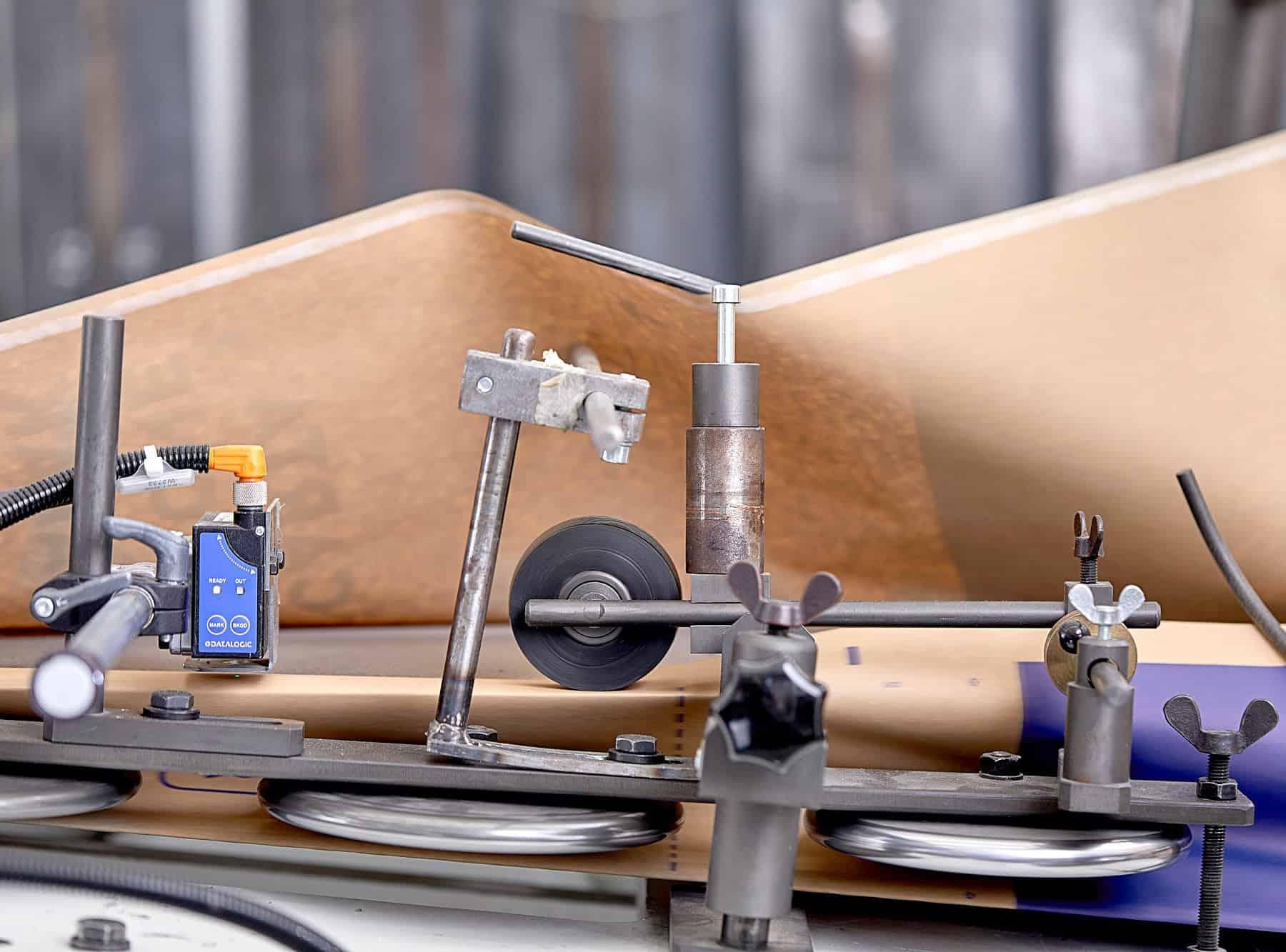 dettaglio di una macchina per il taglio della carta in cartotecnica postumia