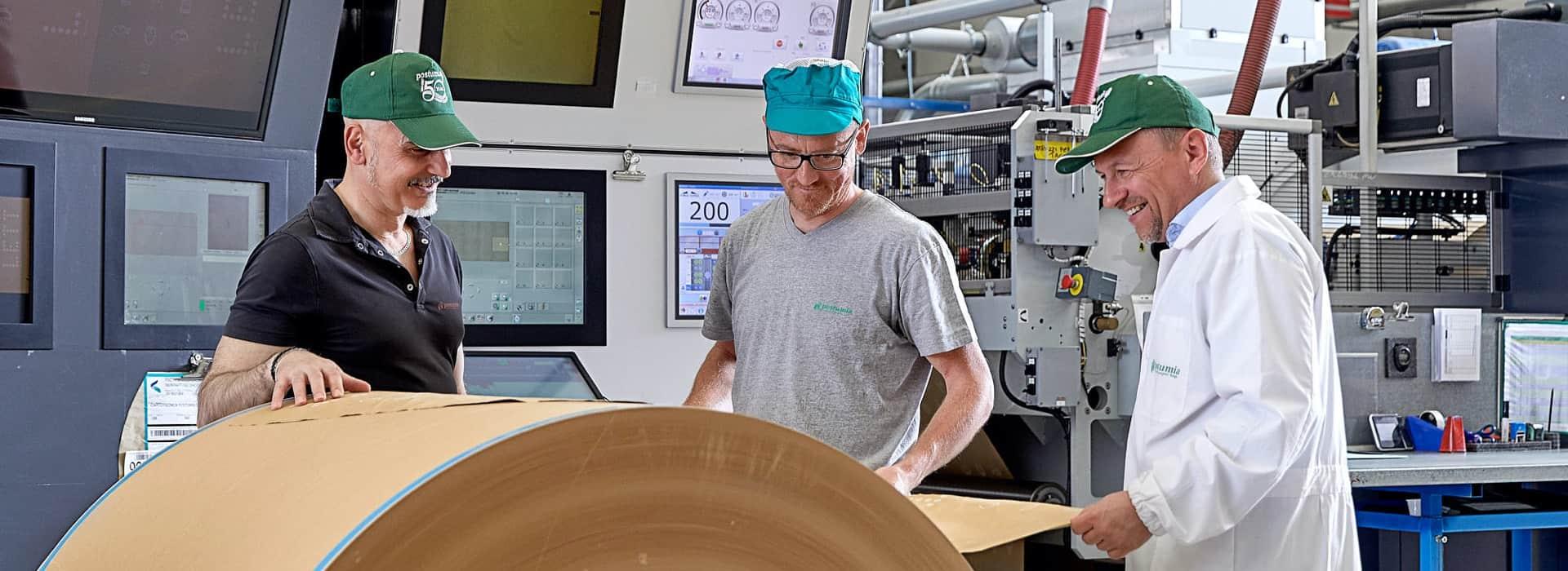 tre addetti alla creazione di packaging di carta